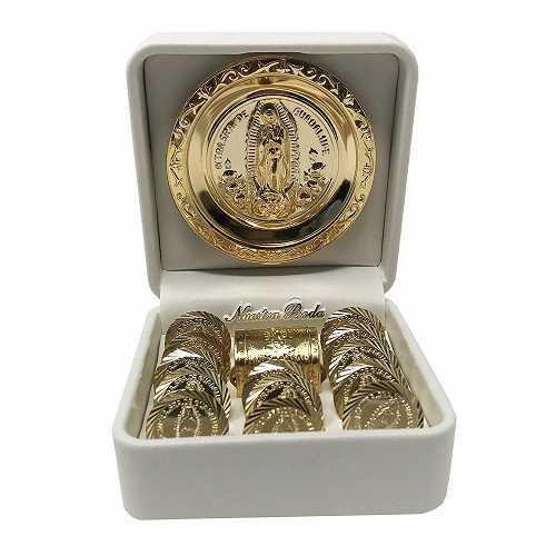 Arras de boda (13 piezas) con una miniatura pecho caja, un nuestra Señora de Guadalupe medallón y una carcasa de color blanco. dorado chapado en boda Unity monedas. Arras de boda.