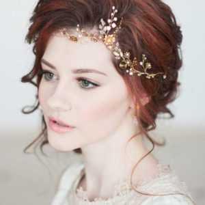 peinado de novia con tiara floral